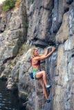 La ragazza scala la roccia Fotografie Stock Libere da Diritti