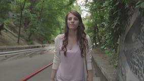La ragazza scala sulla via video d archivio
