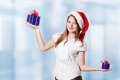 La ragazza sceglie il regalo Immagini Stock Libere da Diritti