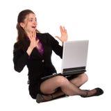 La ragazza scossa si siede sul pavimento con il taccuino. Immagine Stock Libera da Diritti