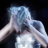 La ragazza scuote il lotto della forfora dalla testa, arte grottesca Fotografia Stock