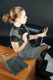 la Ragazza-segretaria è in un ufficio Fotografia Stock
