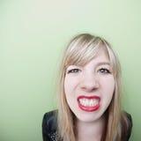 La ragazza serra i denti immagini stock