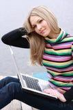 La ragazza sessuale si siede con il calcolatore Fotografie Stock