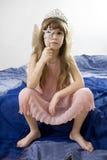 La ragazza sette anni che portano il `s di angelo traversa Fotografia Stock Libera da Diritti
