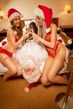 La ragazza sexy catturare il Babbo Natale gradice il prigioniero Immagine Stock