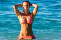 La ragazza sexy del bikini sembra sexy Immagini Stock Libere da Diritti