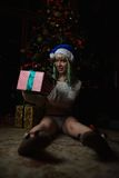 La ragazza sexy ha ricevuto il regalo sotto l'albero di Natale Fotografie Stock Libere da Diritti