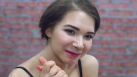 La ragazza sexy mangia il granato rosso fresco in biancheria intima Succo a disposizione Sorriso piacere archivi video
