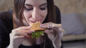 La ragazza sexy mangia il sedvich Primo piano Il concetto della società rapida di obesità e dello spuntino Alimento per le free l stock footage