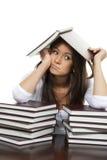 La ragazza si è stancata dei libri di lettura che studia il banco Immagine Stock Libera da Diritti