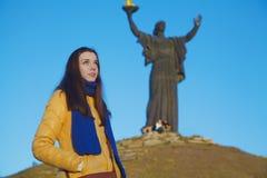 La ragazza si è vestita nei colori nazionali ucraini contro cielo blu Fotografia Stock