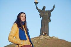 La ragazza si è vestita nei colori nazionali ucraini contro cielo blu Fotografie Stock Libere da Diritti