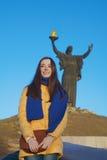 La ragazza si è vestita nei colori nazionali ucraini contro cielo blu Immagini Stock