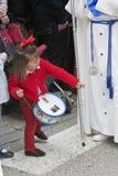 La ragazza si è vestita nel rosso con un tamburo del giocattolo che guarda davanti ad un nazareno immagini stock libere da diritti