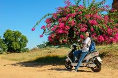 La ragazza si appoggia la motocicletta a Bagan, Myanmar immagini stock libere da diritti