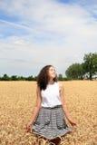 La ragazza si diverte nel giacimento di grano Fotografia Stock Libera da Diritti