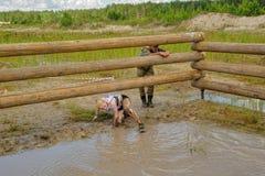 La ragazza si esercita il pozzo Tjumen' Fotografia Stock Libera da Diritti