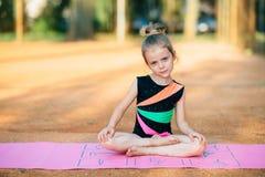 La ragazza si esercita relativo alla ginnastica nell'aria fresca Fotografia Stock