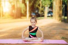 La ragazza si esercita relativo alla ginnastica nell'aria fresca Immagine Stock