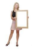 La ragazza si leva in piedi il blocco per grafici della holding Immagini Stock Libere da Diritti