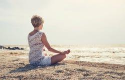 La ragazza si rilassa sulla spiaggia Immagine Stock Libera da Diritti