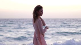 La ragazza si sente libero sulla spiaggia video d archivio