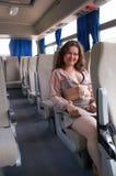 La ragazza si siede all'interno del bus Fotografie Stock Libere da Diritti