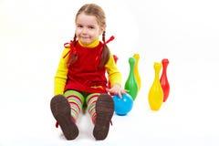 La ragazza si siede con il bowling Fotografie Stock