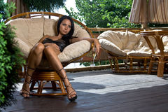 La ragazza si siede nel caffè da solo Fotografia Stock