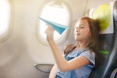 La ragazza si siede in salone l'aereo Immagine Stock Libera da Diritti