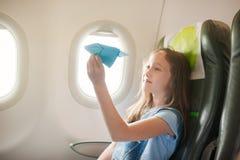 La ragazza si siede in salone l'aereo su seduta del passeggero immagine stock libera da diritti