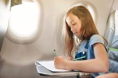 La ragazza si siede in salone l'aereo su seduta del passeggero immagini stock libere da diritti