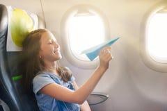 La ragazza si siede in salone l'aereo su seduta del passeggero Fotografie Stock