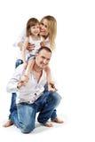 La ragazza si siede sulle spalle del padre, madre la supporta Immagini Stock Libere da Diritti