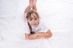 La ragazza si trova su un pavimento e cerca Fotografia Stock