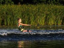 La ragazza slitta attraverso il fiume Fotografie Stock