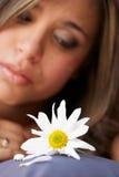 La ragazza sola con un fiore Fotografia Stock Libera da Diritti