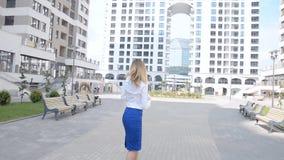 La ragazza solleva l'euro dal marciapiede archivi video