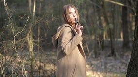 La ragazza solleva lentamente la suoi pistola ed obiettivi video d archivio