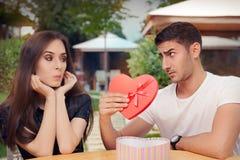 La ragazza sorpresa che riceve il cuore ha modellato il regalo dal suo ragazzo fotografia stock