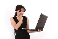 La ragazza sorpresa con il computer portatile Fotografia Stock Libera da Diritti