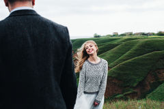 La ragazza sorride al collega Fotografie Stock