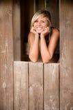 La ragazza sorride dalla tettoia immagini stock libere da diritti