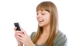 La ragazza sorridente legge il messaggio sul telefono Fotografia Stock