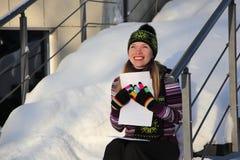 La ragazza sorridente mantiene nella lettera delle mani Fotografie Stock Libere da Diritti