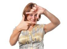 La ragazza sorridente mostra il gesto Fotografie Stock