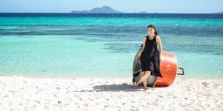 La ragazza sorridente sta sulla spiaggia bianca immagine stock libera da diritti