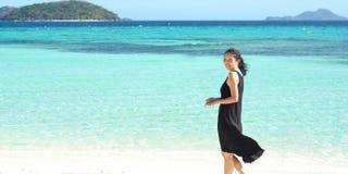 La ragazza sorridente sta sulla spiaggia bianca immagine stock