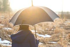 La ragazza sotto un ombrello Immagini Stock Libere da Diritti